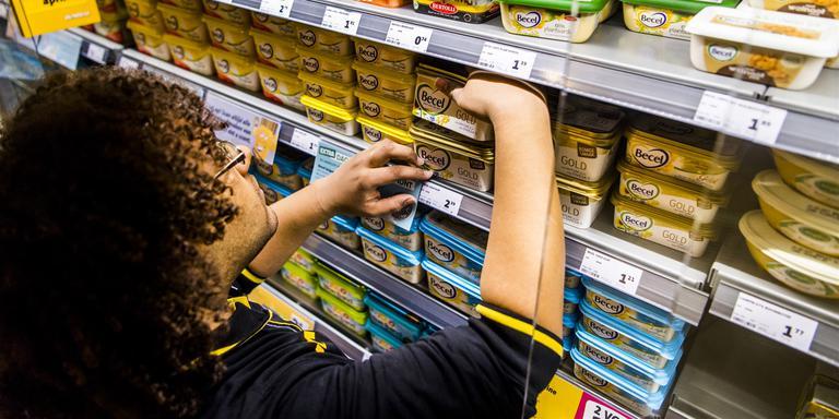 Bijbaan: Vakkenvuller in de supermarkt. Foto: ANP