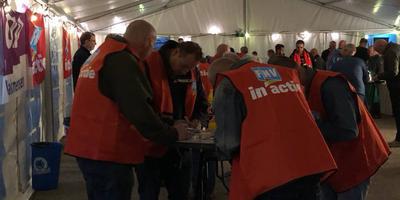 Stakende werknemers schrijven zich maandagochtend in bij VDL Wientjes in Emmen. Foto: DvhN