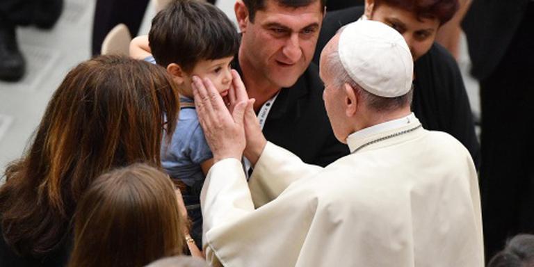Paus ontvangt nabestaanden van aanslag Nice