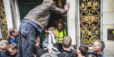 Boeren vernielden maandag de deur van het provinciehuis en gingen naar binnen.