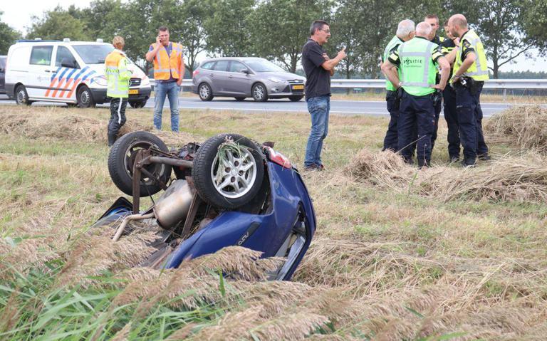 Twee ongelukken op de A7, auto op de kop in de sloot.