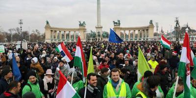 Duizenden Hongaren betogen tegen Orban