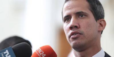 Guaidó suggereert dat militairen hem helpen