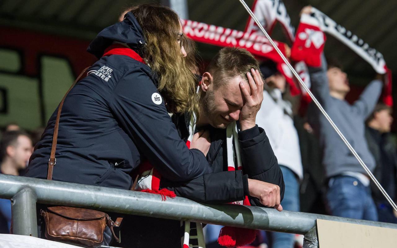 Treurende fans van FC Emmen op De Oude Meerdijk.