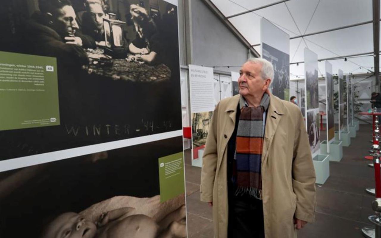 Frits Korvemaker is zichtbaar onder de indruk van de foto van Baby Henkie en de andere foto's uit oorlogstijd.