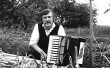Ede staal met accordeon in julli 1984 in zijn tuin in Nieuw Beerta.
