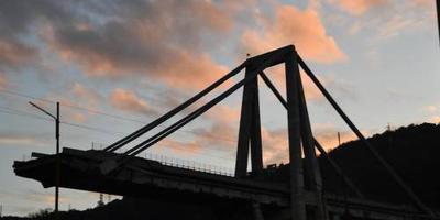 Sloop rampbrug Genua op punt van beginnen