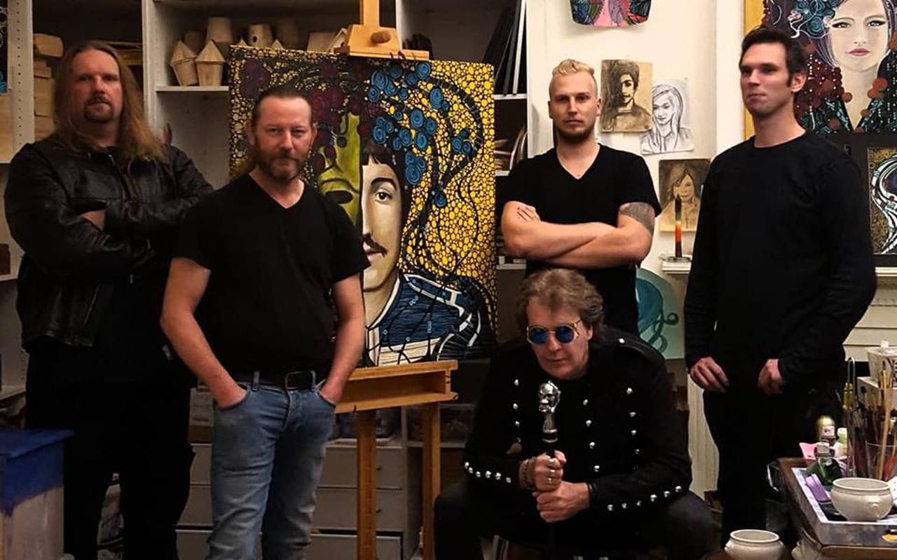 Burning rondom het hoesontwerp voor de e.p. The P.I.D. files, van links naar rechts Renee Knegt, Johnny Karst, Hugo Koch, Mas Prevoo en Robin Zinger. Foto: Marion van der Veen