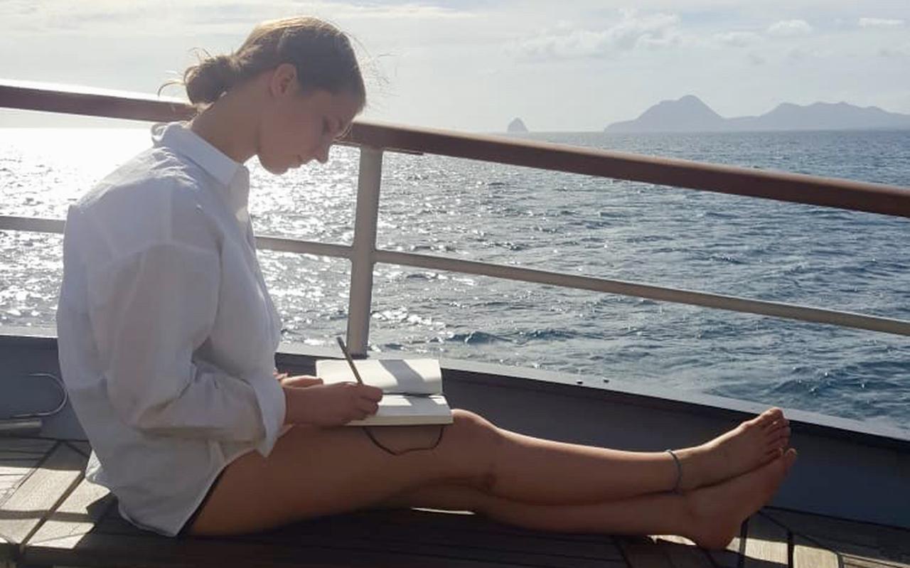 Annabel Weber uit Noordscheschut relaxt even op het dek van zeilschip de Wylde Swan, waarmee ze oceaan overstak.