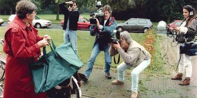 Onder grote belangstelling van de pers meldden medewerkers en oud-medewerkers van EDON zich in 1995 bij politiebureaus in Nederland met de sporttas die ze als kerstcadeau hadden gekregen. Foto: Archief DvhN