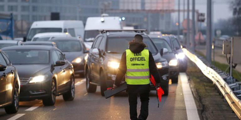 Taxichauffeurs blokkeren weg vliegveld Parijs