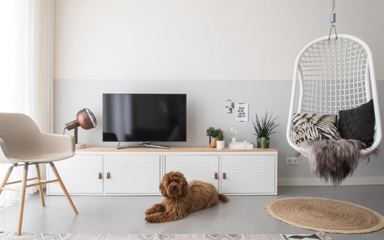 Een tv-meubel, gemaakt van een Ikea-kast