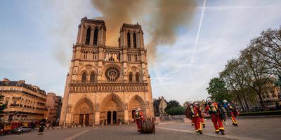 Brandweermannen waren uren in touw om de verwoestende brand in de Notre-Dame van Parijs te blussen. Foto: EPA//Benoit Moser