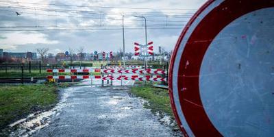 Trein botst op auto in Breda, geen gewonden