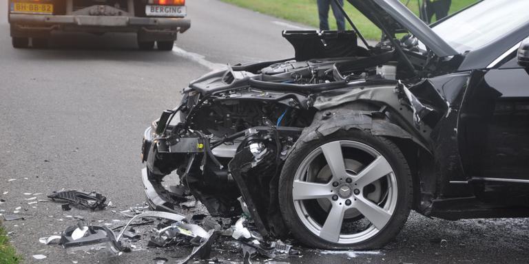Twee gewonden na frontale aanrijding in Emmen.