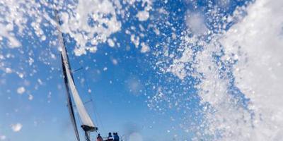 Zeiler hulpeloos op boot na zware storm