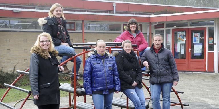 Annette Lugers, Rianka Bos, Patricia Bleuming, Mariska Stanneveld, Carla Heezen en Ebelien Winkels op het plein van De Zwaluw. FOTO HENK BENTING