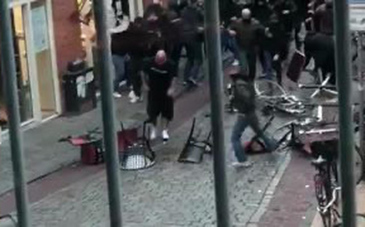 Vechtende hooligans uit Groningen en Duitsland zorgden zaterdag voor onrust in de binnenstad: de politie heeft meerdere verdachten in het vizier.