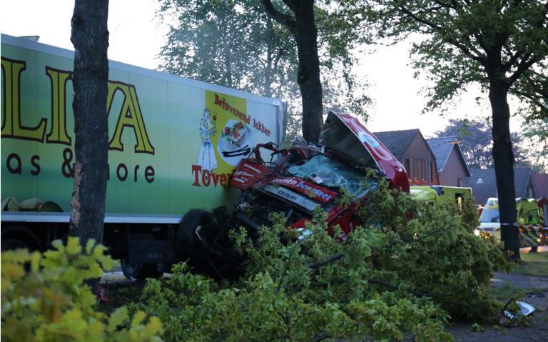 Vrachtwagenchauffeur gewond na botsing tegen bomen in Valthermond.