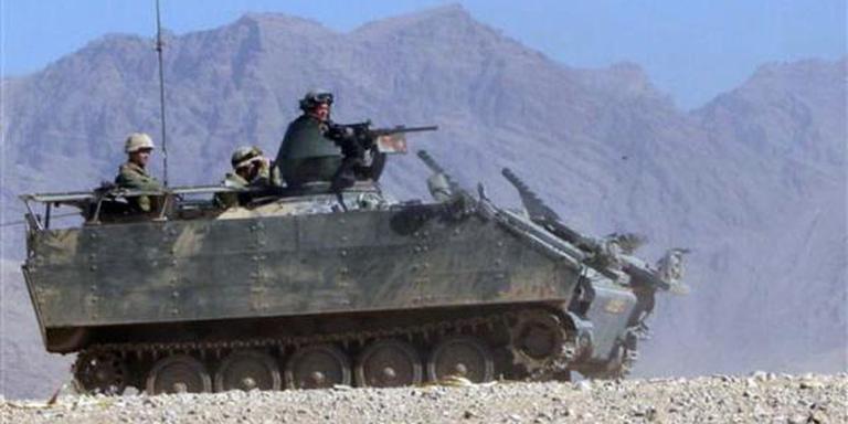Een pantserwagen in actie in Afghanistan.
