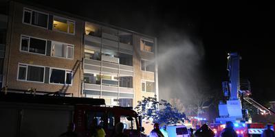 Bewoners van de derde etage worden door de brandweer van het balkon gehaald. Foto: Venema Media