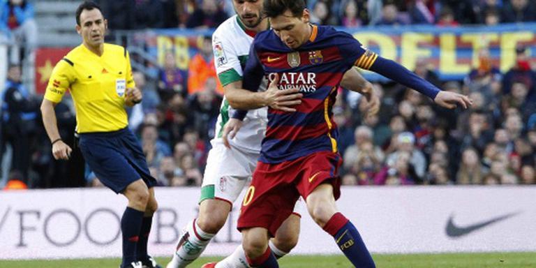 Hattrick Messi helpt Barcelona langs Granada