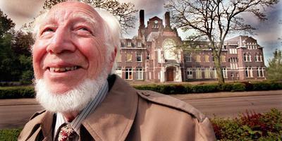 Willem Kolff was in mei 1999 in Nederland. Hij liet zich portretteren voor het voormalige stadsziekenhuis in Kampen, waar hij de eerste kunstmatige nier ontwikkelde. Het gebouw dreigde gesloopt te worden en activitistisch als Kolff was, wilde hij zich inzetten om dat te voorkomen. Foto: Archief ANP