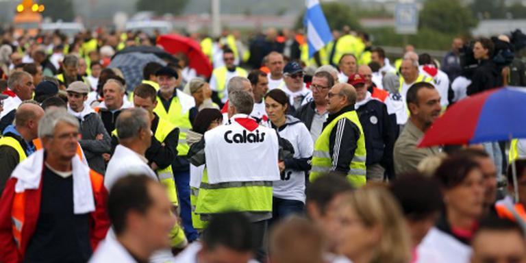 Muur tegen migranten langs weg in Calais