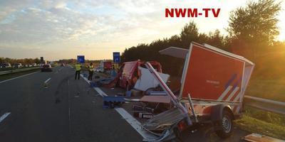 De zwaarbeschadigde brandweerauto. Foto': NWM-TV