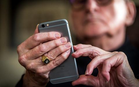 Speciale hulplijnen voor ouderen met coronavragen overspoeld met telefoontjes