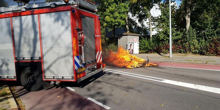 Motor vliegt in brand na ongeval in Groningen; bestuurder naar ziekenhuis.
