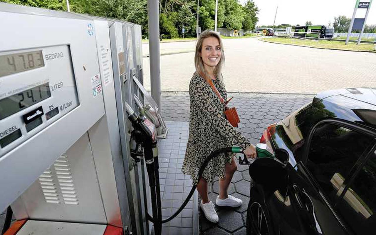 Automobiliste Tess blijft vrolijk, hoewel de teller bij de benzinepomp in Harderwijk harder dan ooit oploopt bij een prijs van 1,98 europer liter.