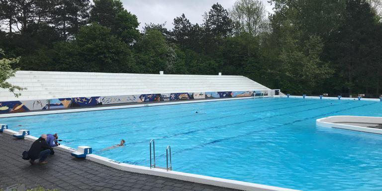 c5c6a3d103b De eerste mensen nemen een duik in het heropende monumentale zwembad. Foto:  DvhN