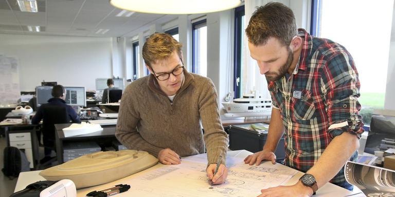 Vripack, designer van o.a. luxe jachten, ontwerper Joost Mertens en coordinator-tekenaar Dirk Zandstra gebogen over de tekeningen. Foto: Simon Bleeker