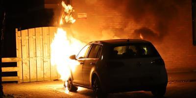 De vlammen sloegen uit de voorkant van de auto. Foto: De Vries Media
