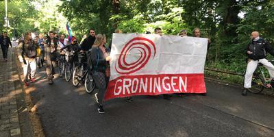 Met spandoeken zijn zo'n veertig actievoerders en sympathisanten van Code Rood gearriveerd bij het gebouw van de Gasunie in Groningen. Foto: DvhN
