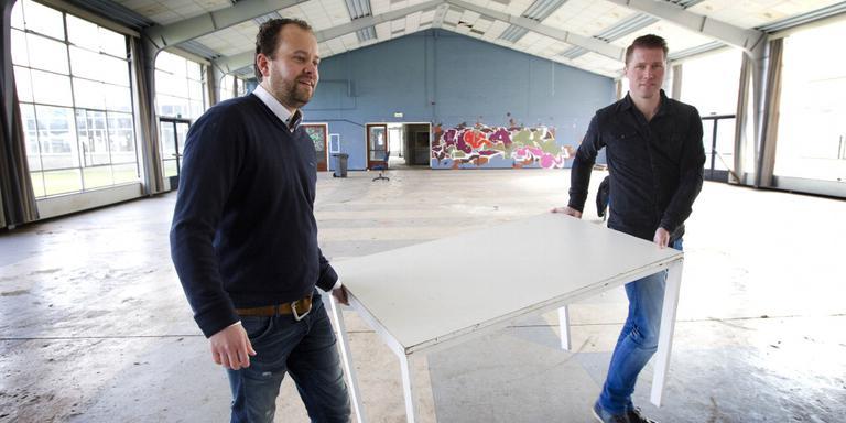 Ondernemers Harm Seipkes (links) en Mark Middelbos zijn reeds begonnen met de eerste werkzaamheden in de oude kantine. FOTO HARRY TIELMAN