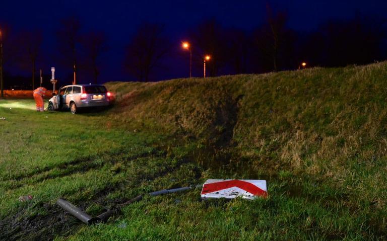 Automobilist mist bij Holwierde bocht en rijdt bord omver