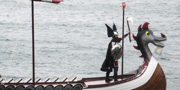 Een vikingschip nadert de vaste wal. FOTO AFP/ANDY BUCHANAN