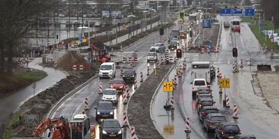 Het dagelijkse beeld in Emmen: drukte rond het kruispunt Ermerweg-Hondsrugweg. FOTO ARCHIEF JAN ANNINGA
