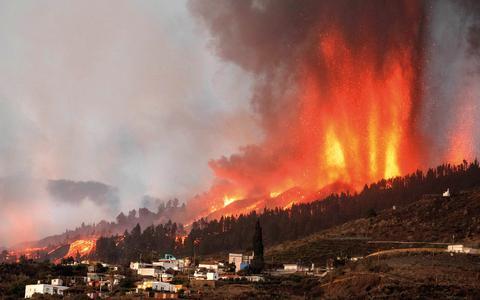 Lava vernietigt op La Palma naar schatting 100 huizen.