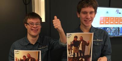 Max en Bo hebben een handtekening gescoord van hun held Kraantje Pappie.
