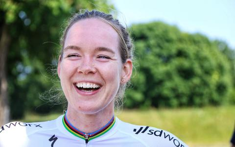 Wielrenster Anna van der Breggen wint tijdrijden in Emmen: 'een zege op dit NK zegt echt iets'   video