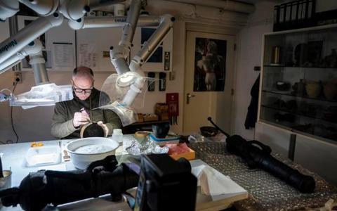 Zo introduceerde Albert Egges van Giffen honderd jaar terug de moderne archeologie in Groningen. Het Groninger Instituut voor Archeologie speurt een eeuw naar verborgen schatten
