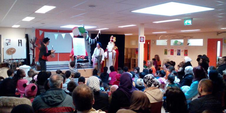 Sint bezoekt asielkinderen in Ter Apel