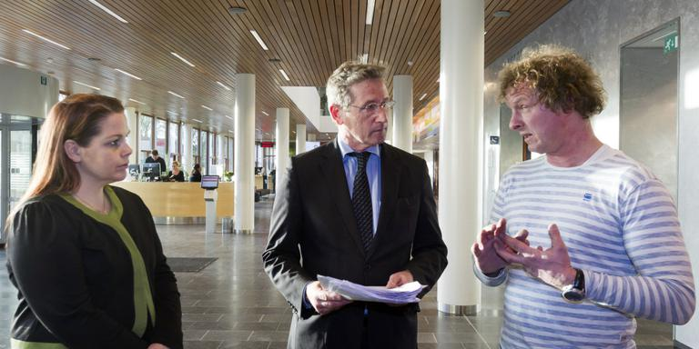 Handtekeningen tegen azc in Meppel overhandigd aan burgemeester. Foto Gerrit Boer
