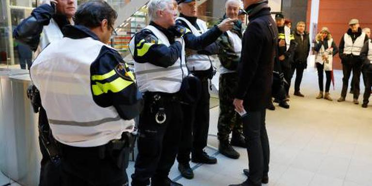 Agenten blokkeren toegang gebouw VNO-NCW