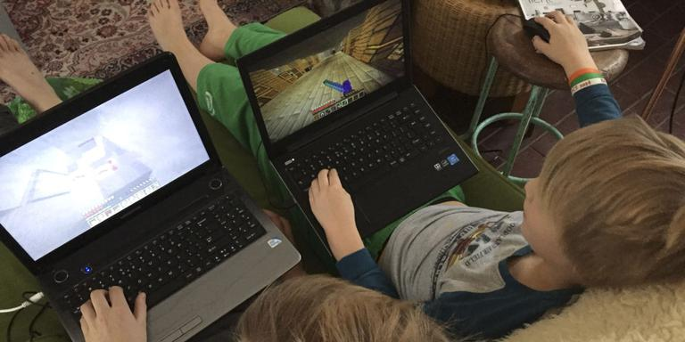 Zorgwekkend: Meer dan de helft van de jongeren hangt na schooltijd meer dan drie uur per dag op de bank met telefoon of tablet. FOTO DVHN