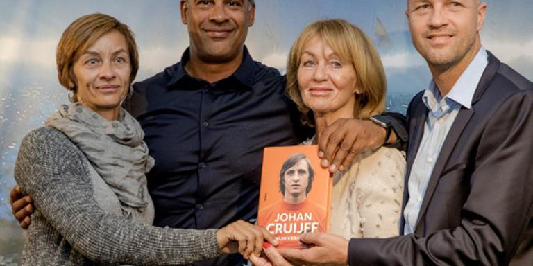 Rijkaard overhandigt bio Cruijff aan familie