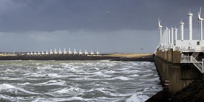 Dreigende luchten boven de stormvloedkering in de Oosterschelde als omslag van het rapport 'Lage drempels, hoge dijken'. Foto: ANP